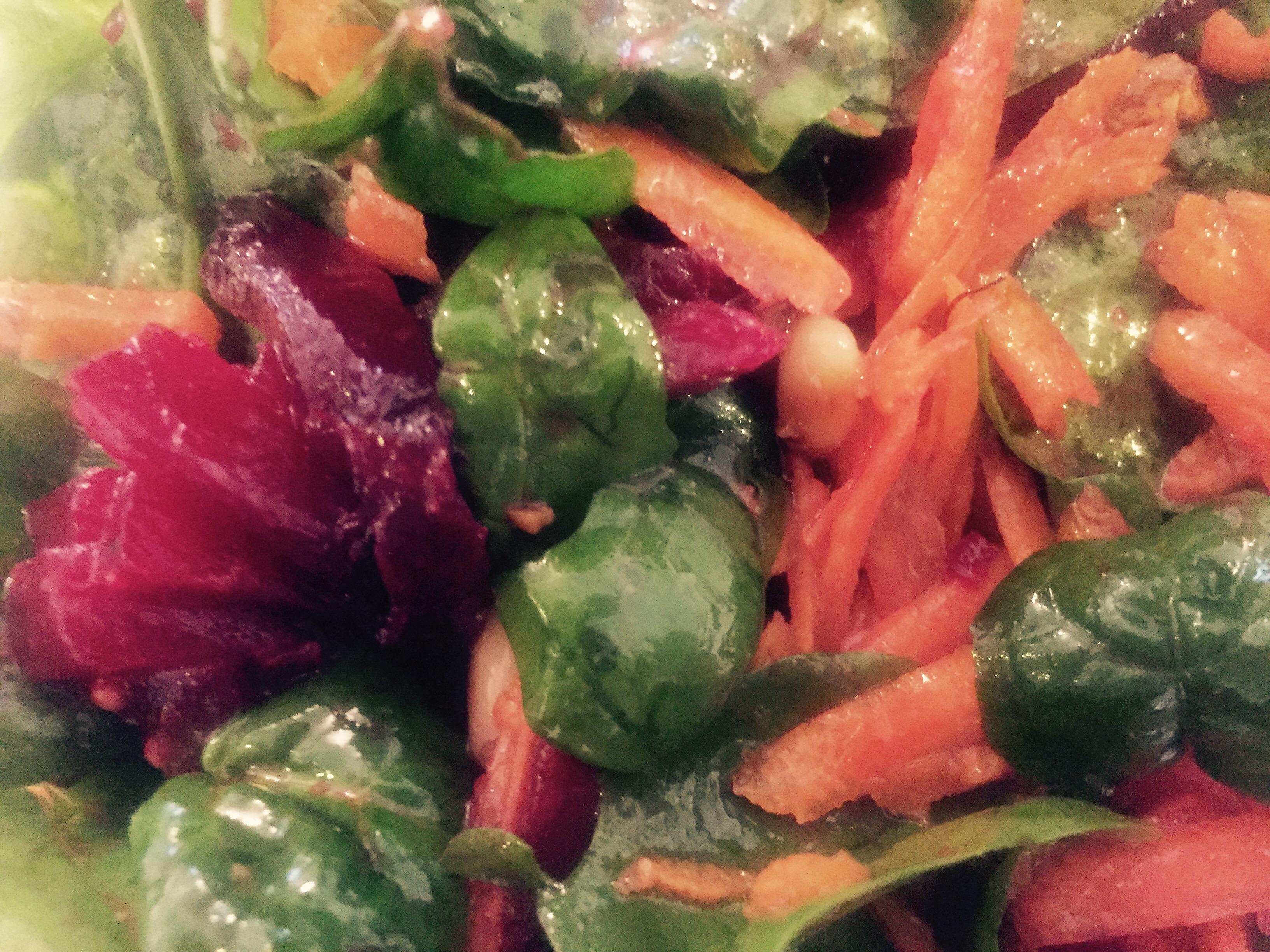 Salată de sfeclă cu morcovi, baby spinach și semințe de pin coapte