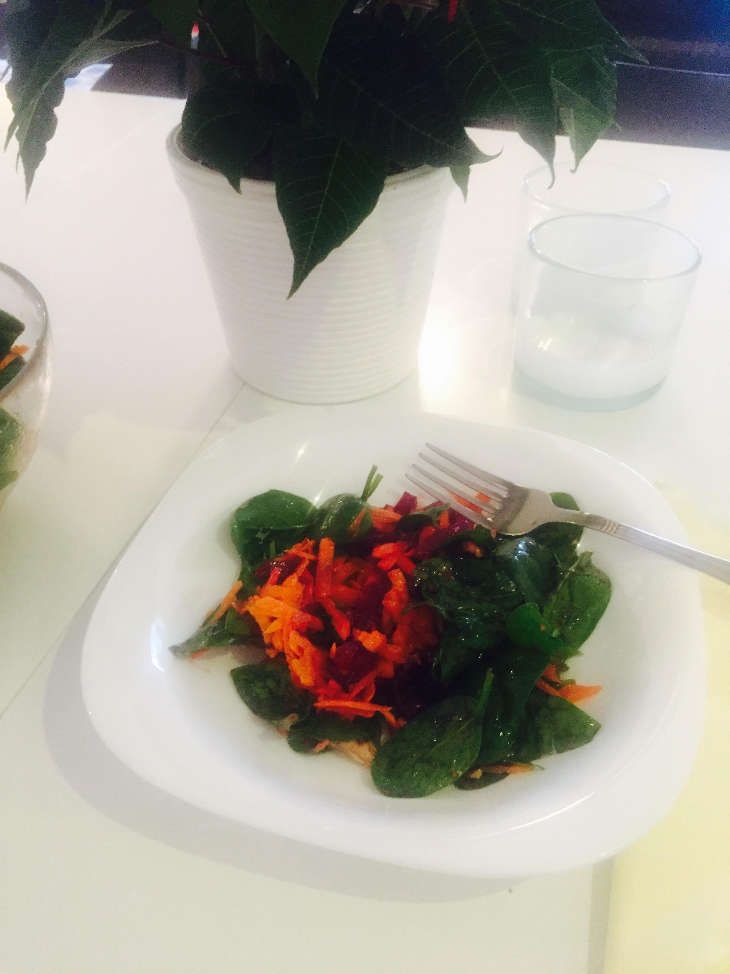 salata-de-sfecla-cu-morcovi-baby-spinach-si-seminte-de-pin-coapte