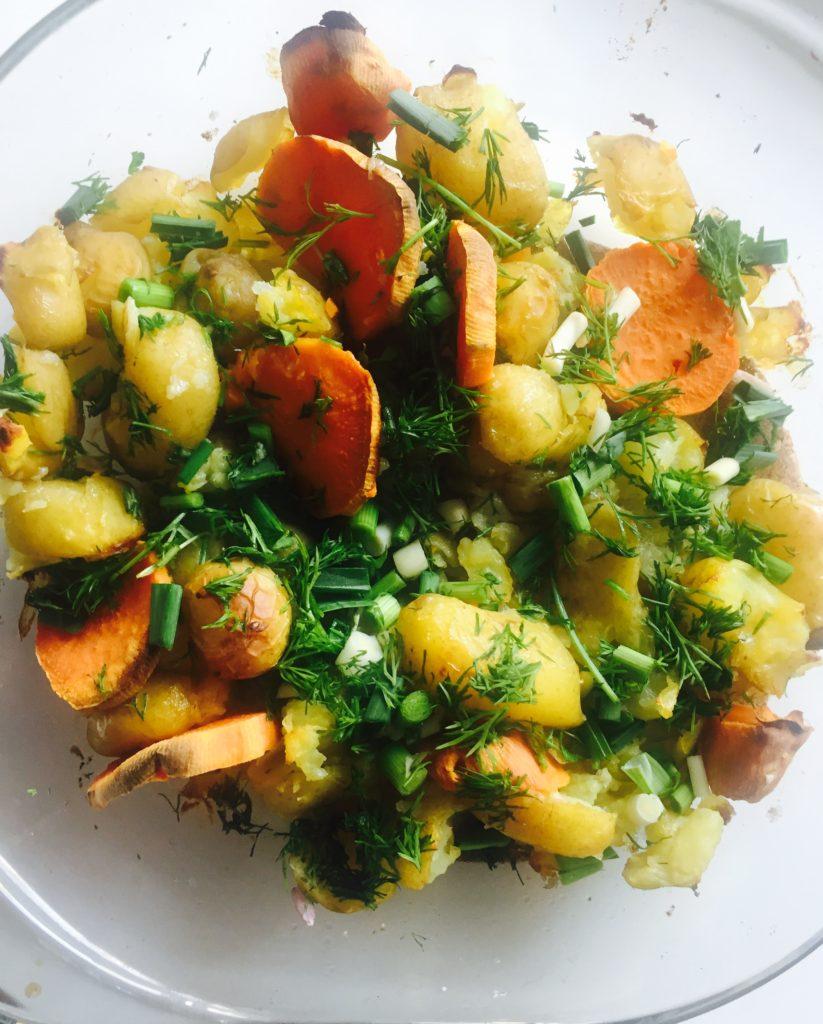 Cartofi noi la cuptor cu cartof dulce și usturoi verde